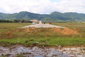Phóng sự ảnh: Con đường cụt 52 tỉ bị bỏ không giữa cánh đồng ở Hà Tĩnh