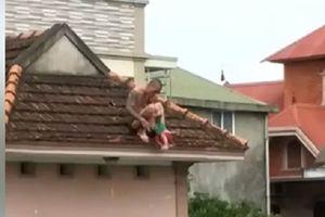 Kinh hãi bé 1 tuổi bị đưa lên nóc nhà ném xuống đất