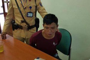 CSGT quật ngã bắt đối tượng nhiễm HIV cướp điện thoại của cô gái 18 tuổi