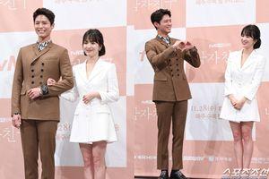 Điêu đứng trước loạt ảnh đẹp lung linh của Song Hye Kyo và Park Bo Gum tại họp báo 'Encounter'