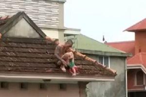 Kinh hoàng: Bé trai hơn 1 tuổi bị kẻ ngáo đá bắt lên nóc nhà rồi ném xuống đất