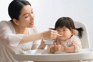 Cho trẻ ăn váng sữa như thế nào là tốt?