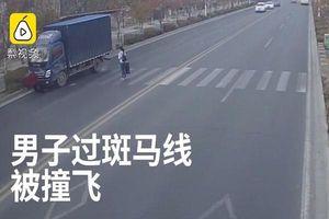 Người đàn ông bị xe tải đâm văng khi sang đường