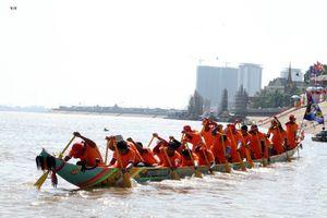19.000 tay chèo tham gia lễ hội đua thuyền tại Campuchia