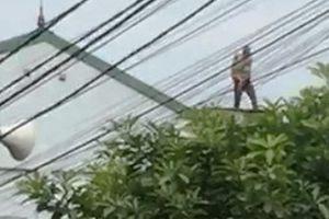 Nghệ An: Kinh hãi cảnh ông bố 'ngáo đá' ném con trai 2 tuổi từ mái nhà xuống đất