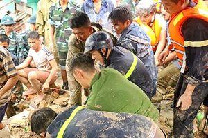 Sắc áo Công an trầm mình trong lũ dữ ở Nha Trang