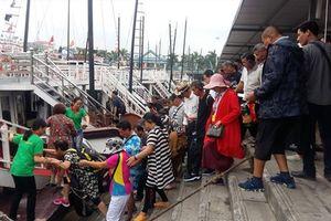 Lần thứ 4 xây dựng phương án ghép khách thăm vịnh Hạ Long: Liệu khách còn mệt nhoài đợi tàu?