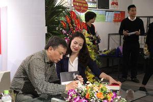 Ra mắt cuốn sách trinh thám 'Răng sư tử' của nhà báo Yên Ba