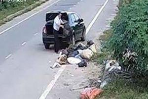 Nguyên cán bộ phòng LĐTBXH bị phạt 3 triệu đồng vì đi ô tô đổ rác ra đường