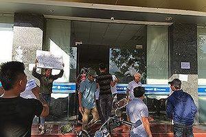 Ngư dân vây trụ sở Bảo Việt Quảng Bình đòi quyền lợi