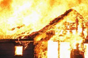 Chập điện, ngôi nhà đang sửa bùng cháy dữ dội