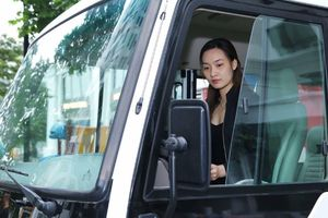 Nữ tài xế xe khách ở Hà Nội xinh như hot girl, chàng trai có cơ bụng 6 múi sau 1 ngày