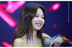 Liên tục kéo áo, Jennie (Black Pink) lộ luôn đồ lót trên sân khấu, vô ý hay cố tình tạo phốt?