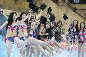Dân mạng phẫn nộ chuyện sinh viên Y khoa bị nhà trường yêu cầu ăn mặc gợi cảm để khoe đường cong trong lễ tốt nghiệp