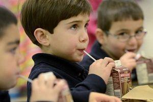 Đề án Sữa học đường: Vừa chạy vừa xếp hàng