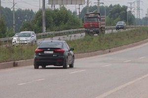 Xe chở công nhân tông trúng container trên cao tốc, nhiều người bị thương