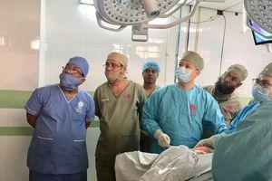 Bệnh viện Nội tiết Trung ương chuyển giao kỹ thuật và mổ thị phạm tại Bangladesh