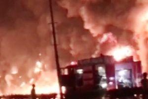 CLIP ghi lại khoảnh khắc xe bồn tai nạn gây cháy làm 6 người chết