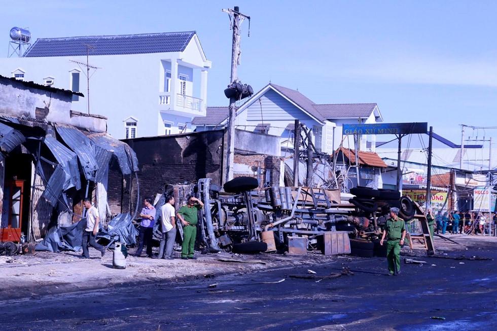 Xe bồn bốc cháy, lan vào nhà dân ở Bình Phước, ít nhất 6 người tử vong
