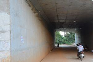 Chủ đầu tư bóc bỏ băng dính dán chằng chịt ở hầm chui cao tốc Đà Nẵng – Quảng Ngãi