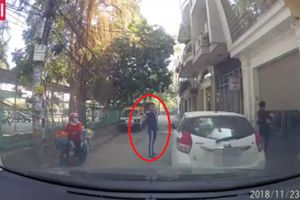 Tài xế bấm còi inh ỏi xin nhường đường, thanh niên đanh đá đáp trả: 'Xuống dắt xe mà đi'
