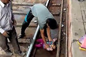 Em bé 1 tuổi sống sót thần kì khi nằm trên đường ray có tàu chạy qua
