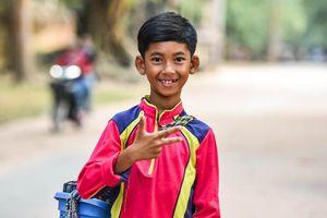 Cậu bé bán rong Campuchia đếm từ 1-10 bằng 16 thứ tiếng