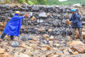 Người dân Nha Trang 'căng mình' chống bão số 9