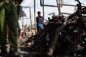 Người dân trở về 19 căn nhà bị cháy, lửa lại bùng lên chỗ xe bồn chở xăng lật