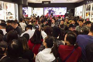 'Biển người' chen kín nhau 'săn' hàng giảm giá tại trung tâm thương mại
