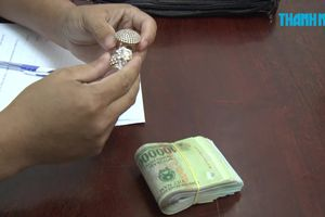 Móc cốp xe máy của bạn để lấy tiền và nhẫn vàng khi cùng đi chơi