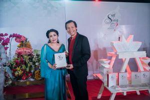 Sau khi sinh con 2 tháng, Kiều Oanh đến dự buổi ra mắt sách của NSƯT Vũ Thành Vinh