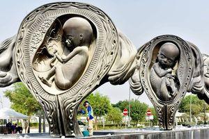 Sửng sốt với những bức tượng 'lạ' lần đầu xuất hiện ở Qatar