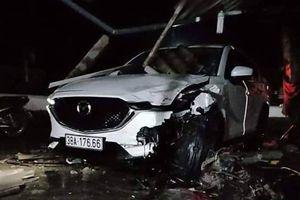 Ai cầm lái chiếc xe Mazda đâm xe máy kéo lê vào quán, 1 người tử vong?