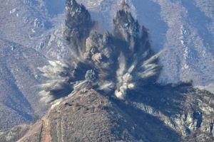 Triều Tiên cho nổ tung 10 trạm gác biên giới với Hàn Quốc