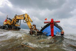 Đà Nẵng: Tàu đứt neo trôi dạt giữa biển