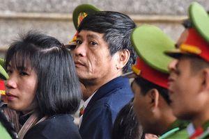 Cựu tướng Nguyễn Thanh Hóa bất ngờ rời khu xét xử, đi bệnh viện