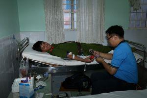 Gần 300 cán bộ, chiến sĩ tham gia hiến máu tình nguyện