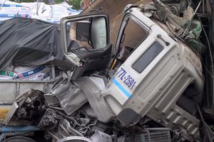 Quảng Ngãi: Hai ô tô tông nhau trên cao tốc, 2 người thương vong