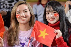 Fan nữ tiếp lửa cho thầy trò HLV Park đấu Campuchia