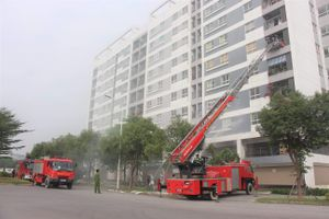 Lính cứu hỏa giải cứu 2 người mắc kẹt khi 'cháy' chung cư ở Thanh Trì