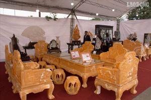Choáng ngợp với bộ bàn ghế bằng ngọc siêu khủng có giá 8 tỉ đồng