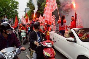 Cổ động viên Việt Nam tiếp tục diễu hành tiếp lửa cho đội tuyển Quốc gia