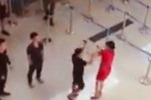 Côn đồ tấn công nhân viên hàng không vì... không chụp ảnh cùng