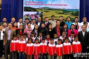 Nhóm thiện nguyện 'Niềm tin' trao 100 triệu đồng và áo ấm cho học sinh Kỳ Sơn