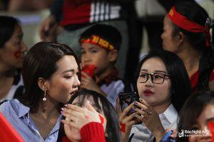 Bạn gái Phan Văn Đức đọ sắc với 'hot girl' CĐV Việt Nam tại Hàng Đẫy
