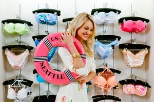 Victoria's Secret đưa áo tắm trở lại