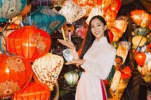 Hoa hậu Trần Tiểu Vy mặc áo dài, đội nón lá duyên dáng trong bộ ảnh giới thiệu Hội An