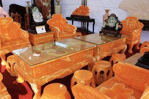 'Hét giá' 8 tỷ đồng cho bộ bàn ghế nặng 50 tấn