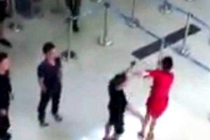 Đòi chụp ảnh chung không được, 3 đối tượng trở mặt hành hung nhân viên sân bay